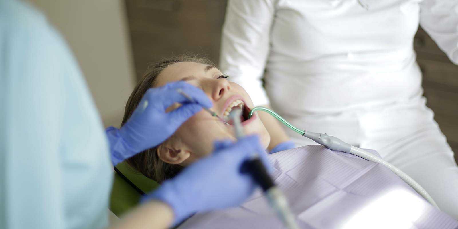 ¿Qué es la alveolitis dental?